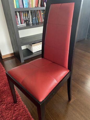 Cadeiras em pele vermelha