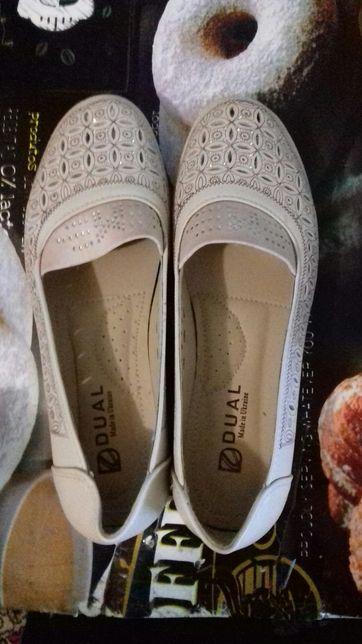 Продаю босоножки и туфли.