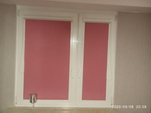 Rolety koloru różowego i mocne szerokie prowadnice