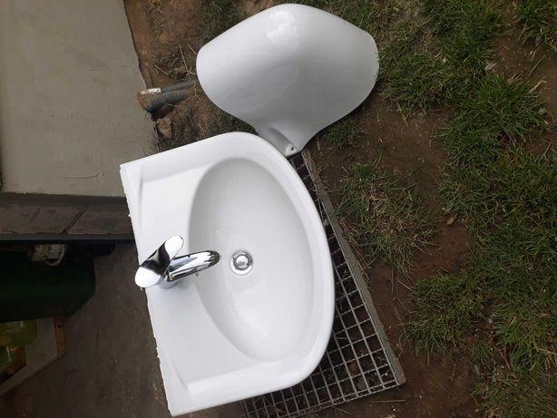 Umywalka z kranem