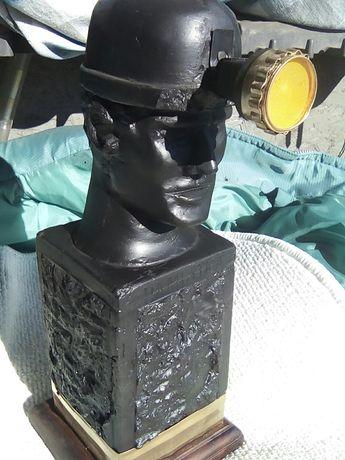 Górnik wykonany z bryły węgla 1974 r - symbol górniczej solidarności