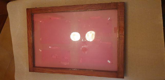 Quadro em madeira com vidro, ideal para afixar documentos