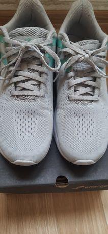 Продам женские кроссовки 39 размер