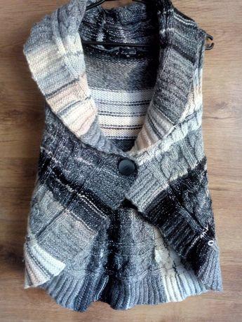 Sweter bezrękawnik firmy Lisa Tossa.