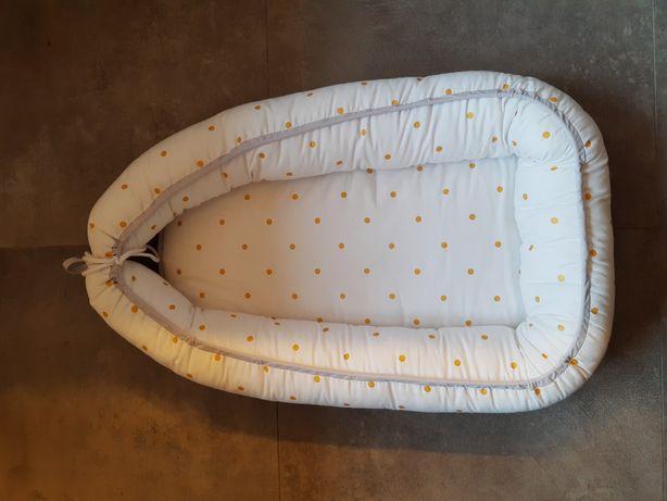 Kokon dla noworodka biały w złote kropki