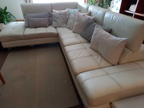 Sofa de canto, em pele, cor pérola, com oferta de puffs e almofadas