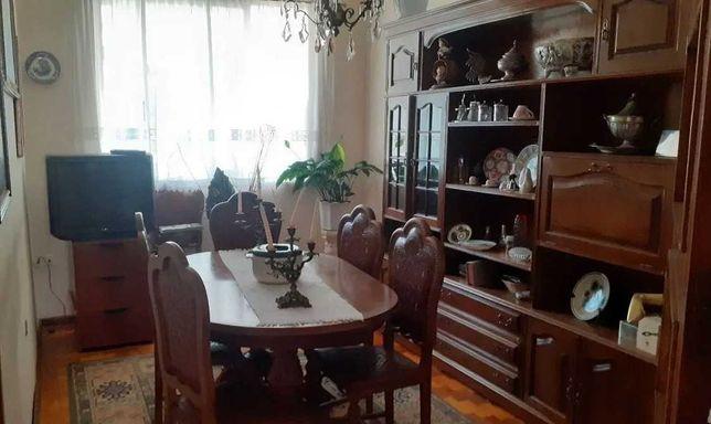 Oportunidade: móvel de sala e mesa em Nogueira maciça, com 6 cadeiras.