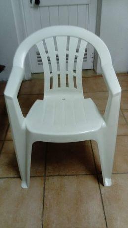 5 cadeiras brancas plástico