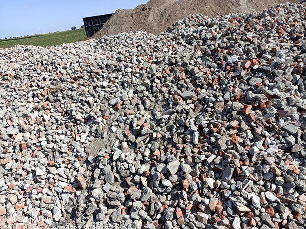 Gruz kruszony mieszany (czarnoziem, torf, piasek, żwir, kamień)