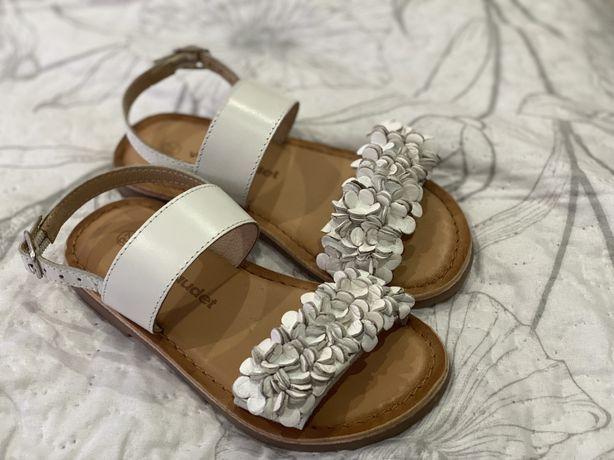 Sandalias brancas novas