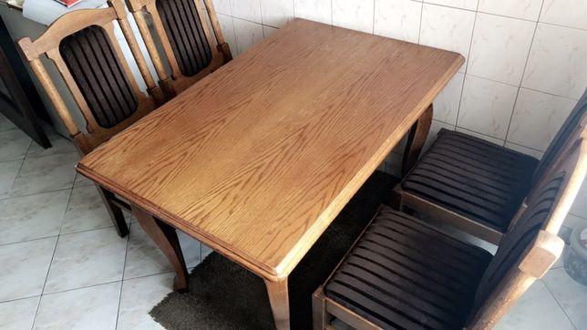 Stół dębowy z czterema krzesłami.