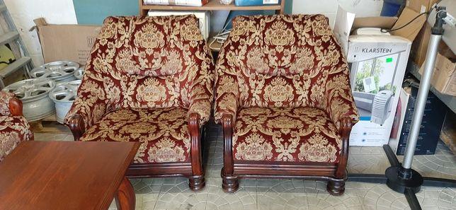 Диван дерев'яний і два крісла.