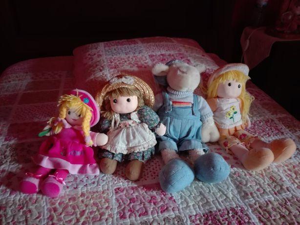 Diversos bonecos a preços acessiveis.
