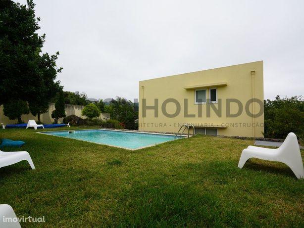 Moradia T4 com piscina inserida em lote de 590m2, com 4 f...