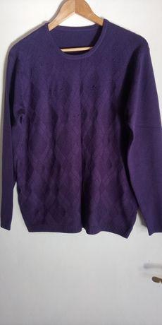 Sweterek z długim rękawem.