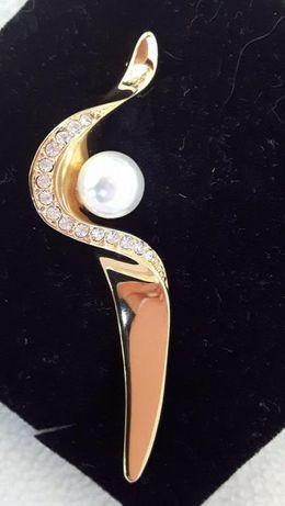 Nowa broszka z perłą, złota