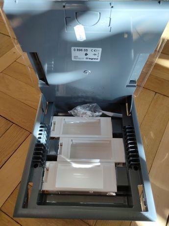 Коробка напольна Legrant 089605 на 12 модулів