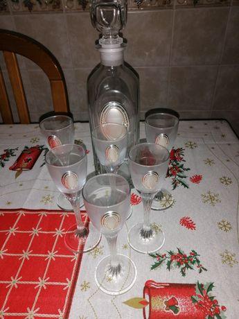 Garrafa e copos de licor