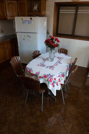 Sofá, mesa e cadeiras