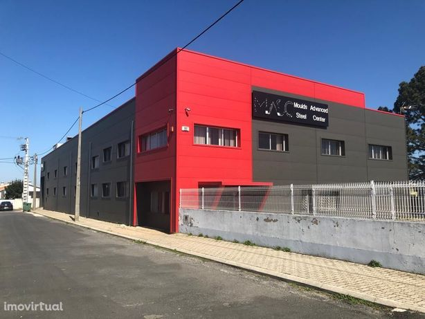 Pavilhão Industrial licenciado com 1.720m2, lote de 4.200m2, M. Grande