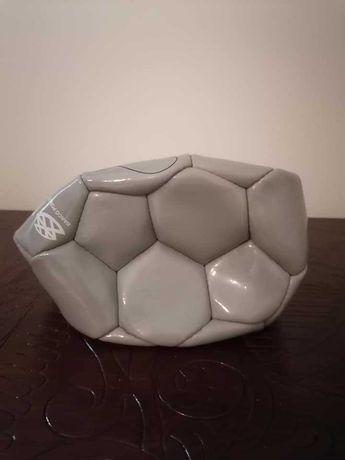 Bola de futebol assinada pelo Figo
