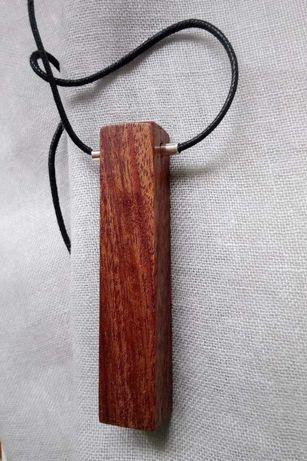 Wisior wykonany ręcznie z drewna