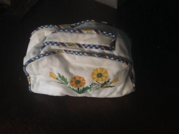 Necessaire bolsa cosméticos bordada à mão ponto cruz