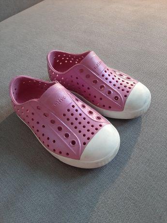Native c7 r.23 błyszczące buty do domu i na basen