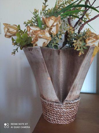 Jarra em cerâmica com flores