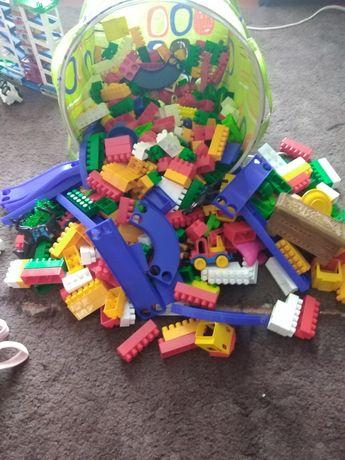 Корзина з  іграшками