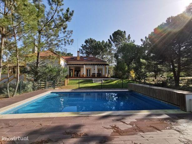 Vila com 7 quartos, em terreno com 1 hectare e piscina pr...