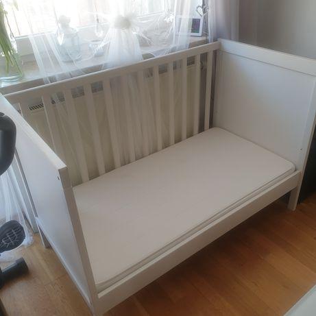 Białe łóżeczko Ikea z materacem