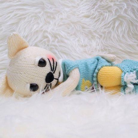 Kotek maskotka zrobiona na drutach - zamiast lalki