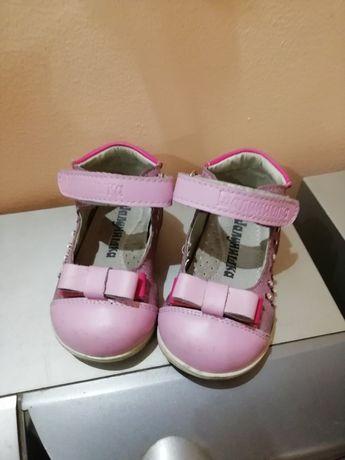 Продам кожаные туфельки и кроссовки для девочки