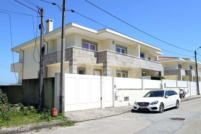 Moradia T5 geminada com suite, sala de cinema e garagem fechada em Ara
