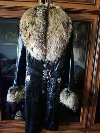 Кожаное лаковое пальто