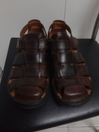 Vendo um par de sandálias Homem
