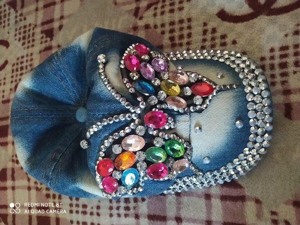 Кепка для девочки с камнях
