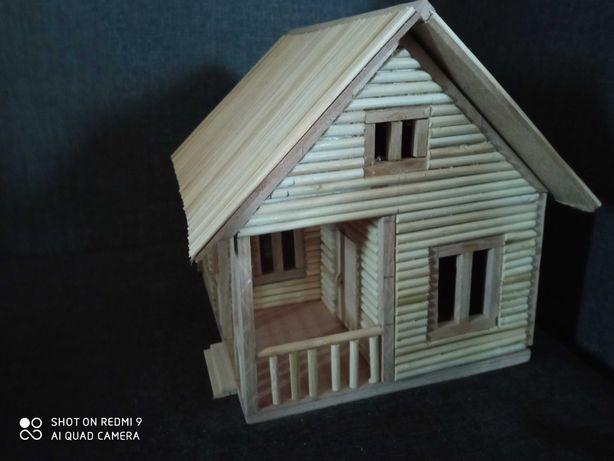 Игрушечный домик из дерева. Открываются двери и крыша