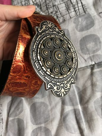 Cinto de marca italiana, de cor bronze