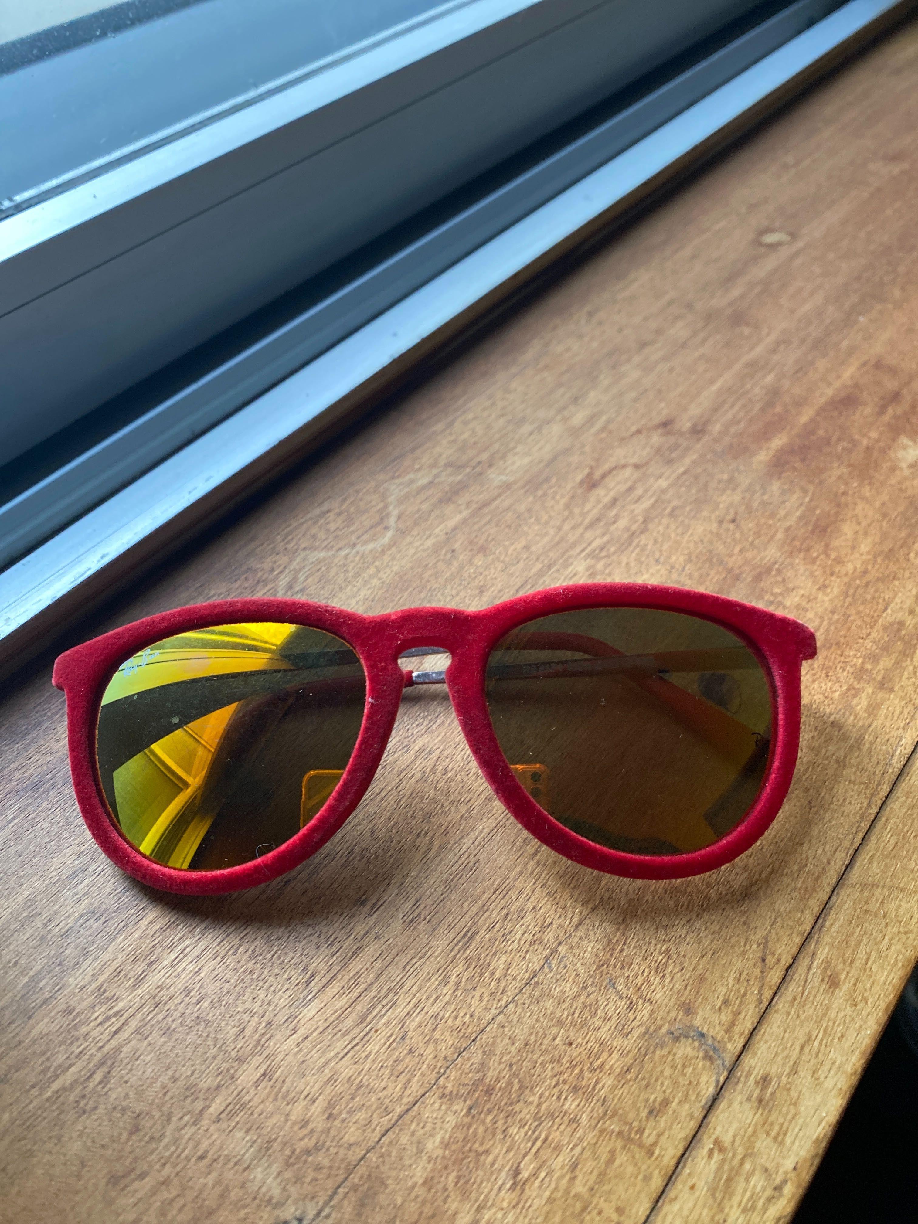 Ray ban veludo vermelho com lentes espelhadas
