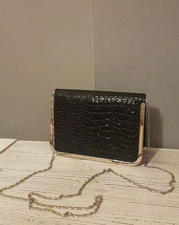 Mała czarna torebka na łańcuszku