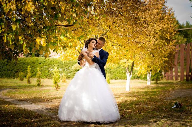 Білосніжна весільна сукня.