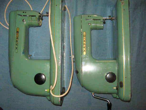 Две швейные машинки.