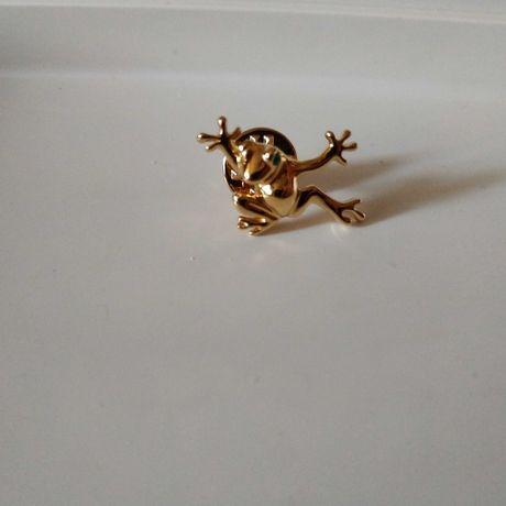Брошка лягушка маленькая жабка брошь мед золото зелёный глазик оберег