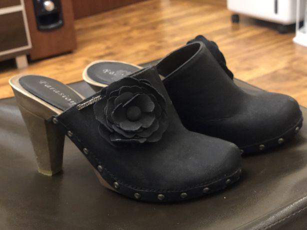 Buty na koturnie firmy Farasion