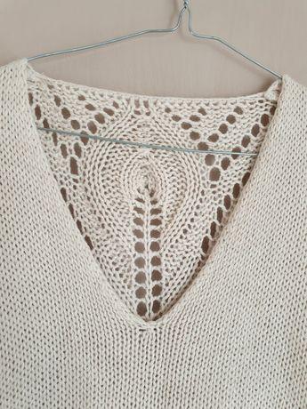 Kremowy sweterek z ażurem na plecach
