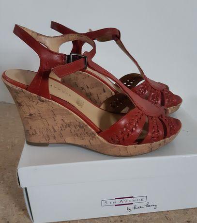 Sandałki skórzane na koturnie