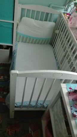 Łóżeczko dla niemowlaka białe