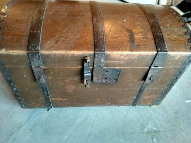 Stary kufer widoczny na zdjęciach